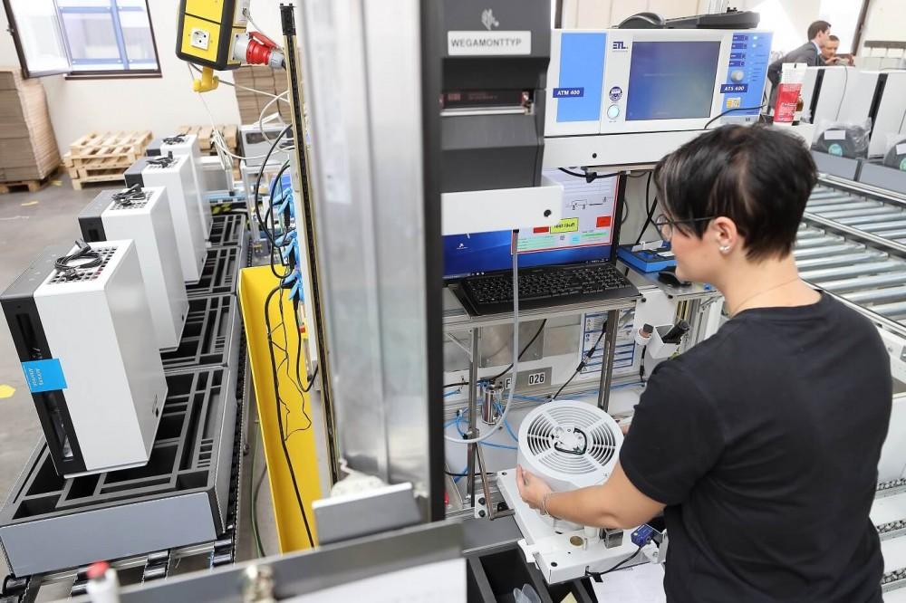 Pracownica dokonująca kontroli pomiaru wentylatora