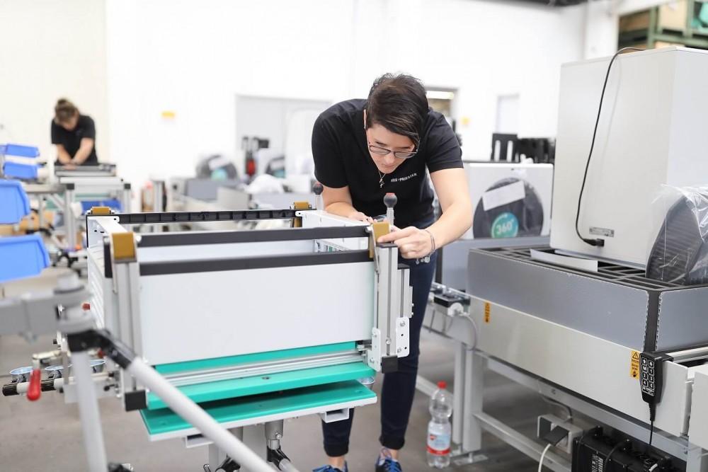 Pracownica składająca oczyszczacz Ideal