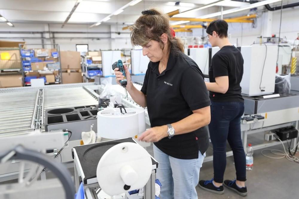 Składanie oczyszczaczy w fabryce Ideal